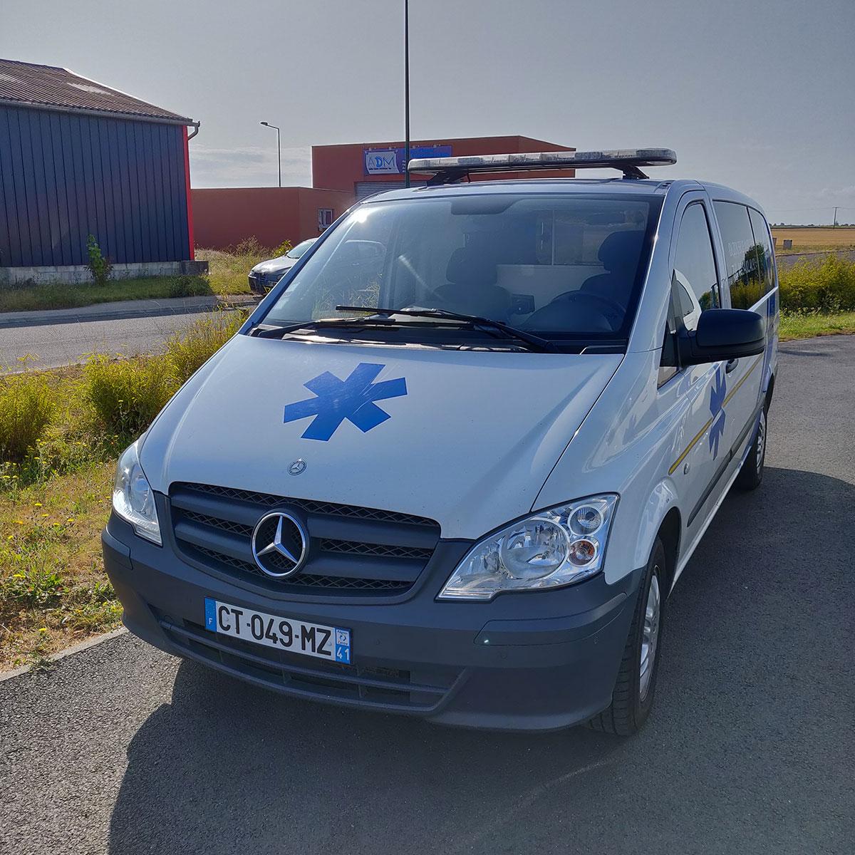 Véhicule ambulance des Ambulances Rozat dans le Loir-et-Cher